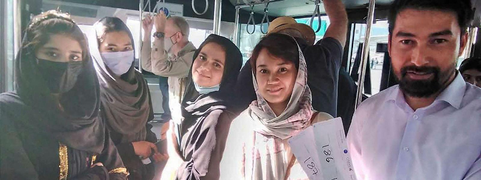 Estudantes de música afegãos no autocarro que os levou ao aeroporto de Cabul onde deixaram o país por temer represálias.
