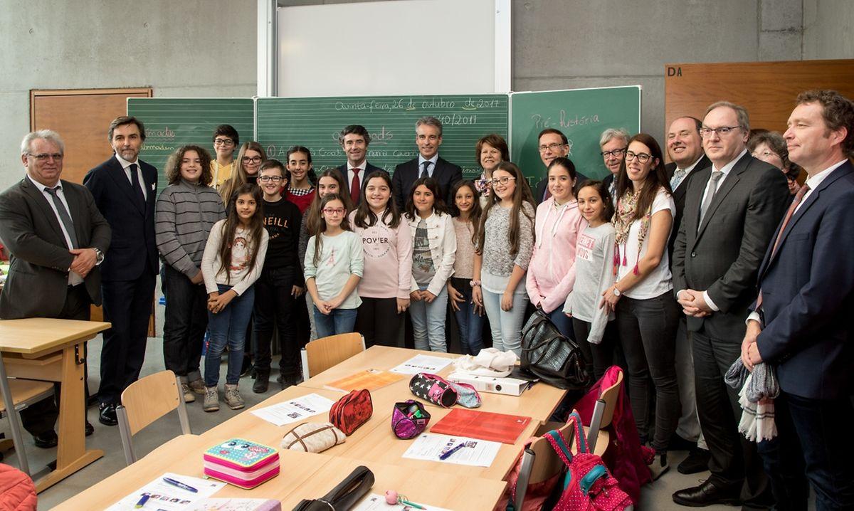 """A """"foto de família"""" dos alunos portugueses com o ministro da Educação do Luxemburgo e o secretário de Estado das Comunidades Portuguesas."""