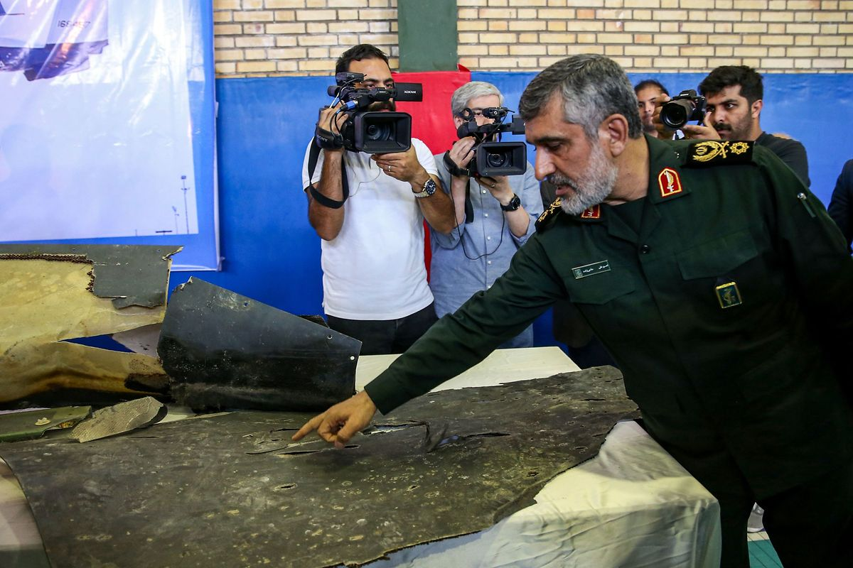 General Amir Ali Hajizadeh, Kommandant der iranischen Luftstreitkräfte, mit Wrackteilen der abgeschossenen US-Drohne.