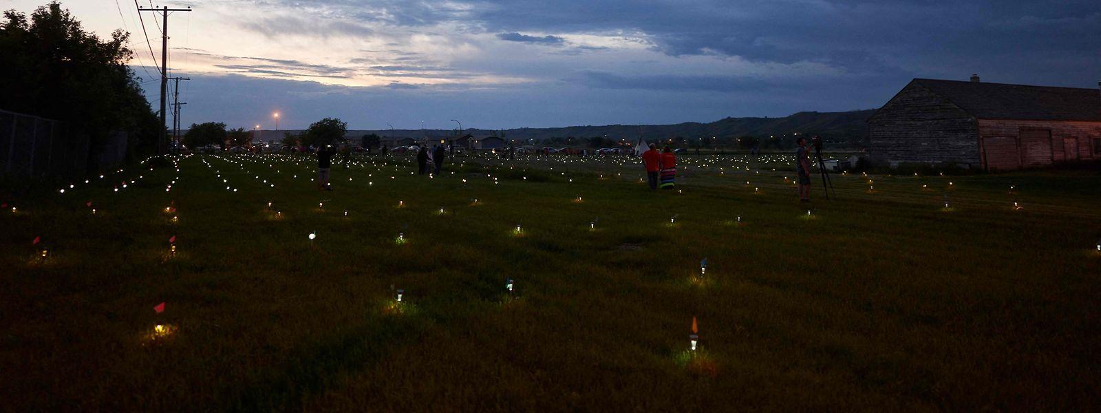 Lichter zum Gedenken an die Verstorbenen auf dem Gelände der Marieval Residential School in Saskatchewan. Nicht überall in Kanada verläuft die Trauer so friedlich.