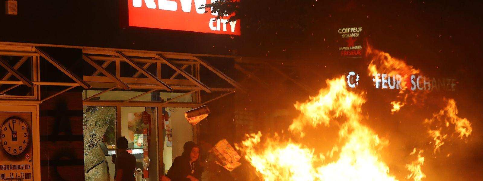 Am Freitagabend plünderten die Randalierer einen Supermarkt in der Sternschanze.
