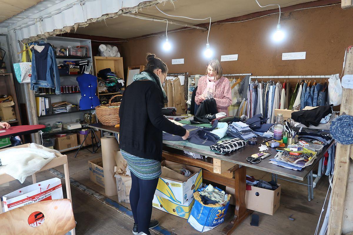 In der Werkstatt von Benu-Couture arbeitet ein siebenköpfiges Team, das sich aus Näherinnen und einer Designerin zusammenstetzt.