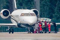Samstagmorgen: Das Spezialflugzeug mit dem Kremlkritiker Nawalny an Bord steht auf dem Flughafen Tegel vor einem Hangar.
