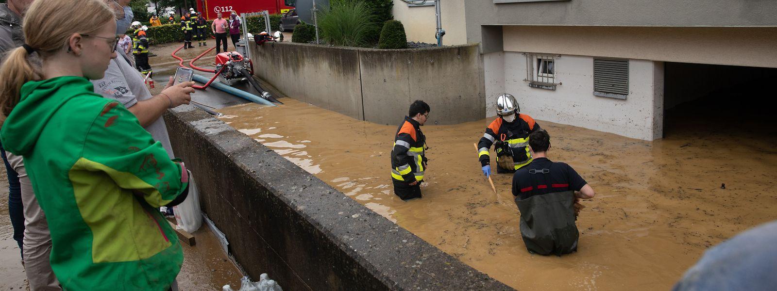 In der Tiefgarage wurden vier Personen von den Wassermassen überrascht.