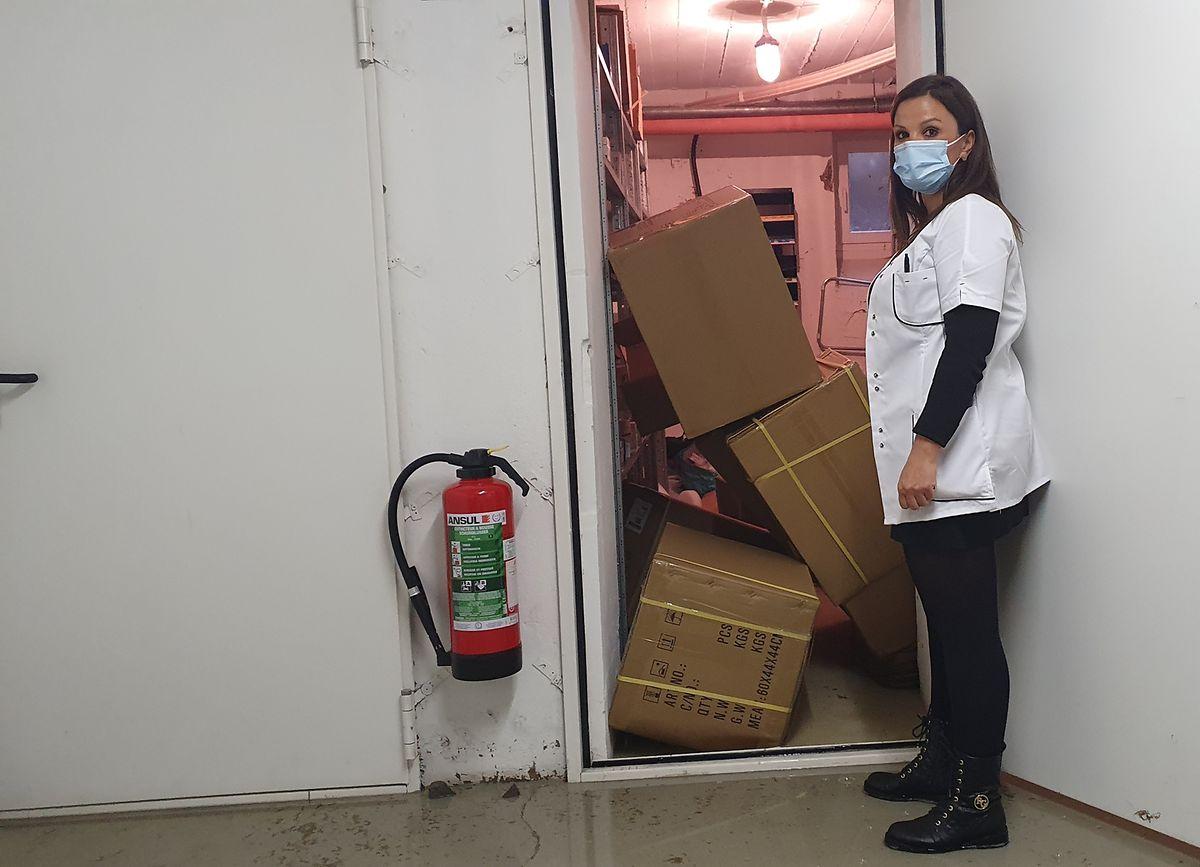 A reserva de medicamentos da farmácia de Clausen danificada pela inundação.