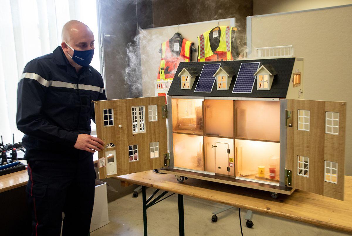 Mit diesem Modellhaus kann die Rauchverteilung im Brandfall simuliert werden.