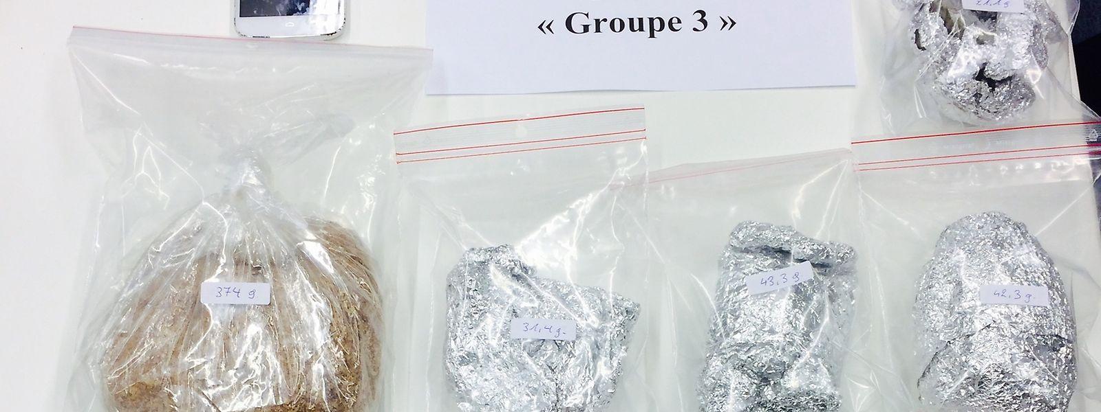 Die Polizei fand mehrere Sorten von Drogen in dem Fahrzeug.