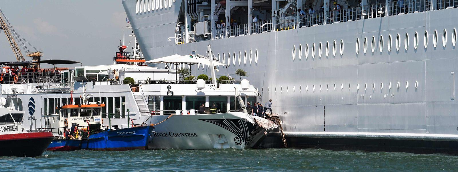 """Das Ausflugsboot """"River Countess"""" (l.) trug durch den Zusammenstoß mit der """"MSC Opera"""" (r.) vor Venedig mittelschwere Beschädigungen davon. Nur wenige Menschen mussten wegen Verletzungen im Krankenhaus behandelt werden."""