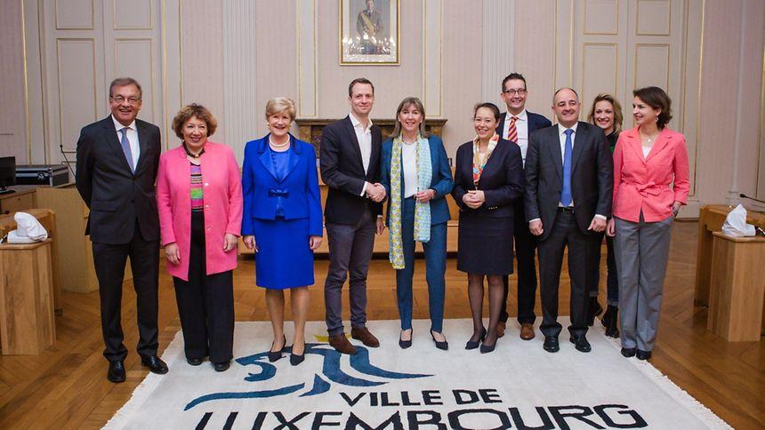 Le nouveau collège des bourgmestre et échevins de la Ville de Luxembourg avec, de g. à dr., Laurent Mosar (CSV), Colette Mart (DP), Simone Beissel (DP), Serge Wilmes (CSV), Lydie Polfer (DP), Isabel Wiseler (CSV), Maurice Bauer (CSV) porte-parole, Patrick Goldschmidt (DP)