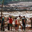 25.01.2019, Brasilien, Brumadinho: Menschen beobachten die Schlammmassen nach dem Bruch eines Staudamms an der Feijão Eisenerzmine. Foto: Rodney Costa/dpa +++ dpa-Bildfunk +++