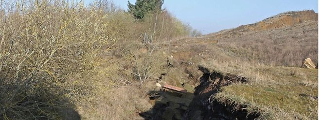Ein tiefer Krater zieht sich quer durch die ehemalige Bauschuttdeponie.