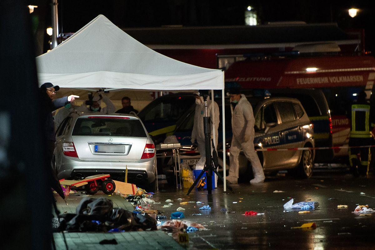 Am 24. Februar 2020 war in der Stadt ein Auto in eine Zuschauermenge von einem Rosenmontagsumzug gefahren. Der damals 29 Jahre alte Fahrer soll den Wagen absichtlich in das Gedränge gesteuert haben.