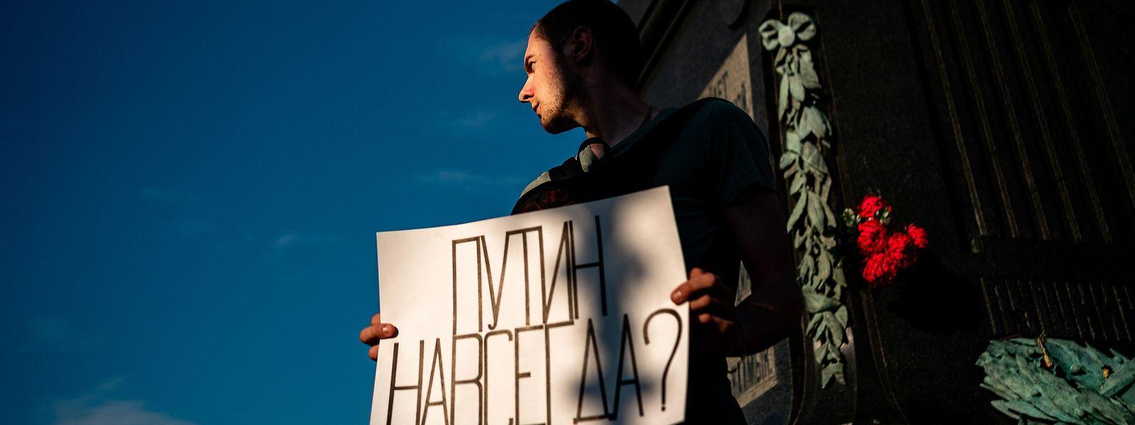 Un manifestant brandit une pancarte sur laquelle est inscrit «Poutine est-il éternel?»