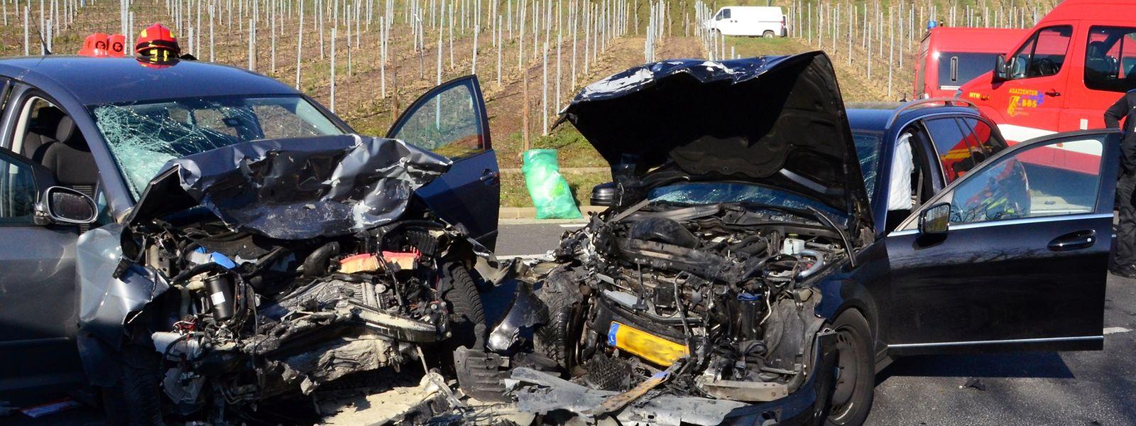 Zwei Fahrzeuge sind am Samstag Nachmittag auf der Route du Vin frontal kollidiert.