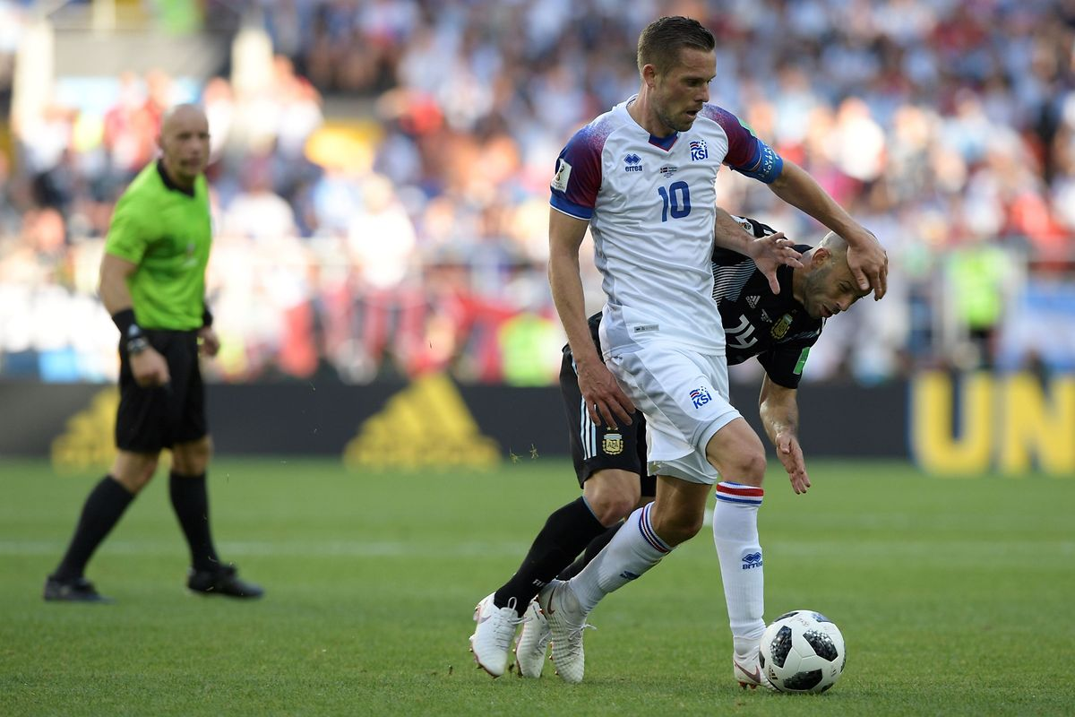 Iceland's midfielder Gylfi Sigurdsson (L) vies with Argentina's midfielder Javier Mascherano during the Russia 2018 World Cup Group D football match between Argentina and Iceland at the Spartak Stadium in Moscow on June 16, 2018. / AFP PHOTO / Juan Mabromata / RESTRICTED TO EDITORIAL USE - NO MOBILE PUSH ALERTS/DOWNLOADS