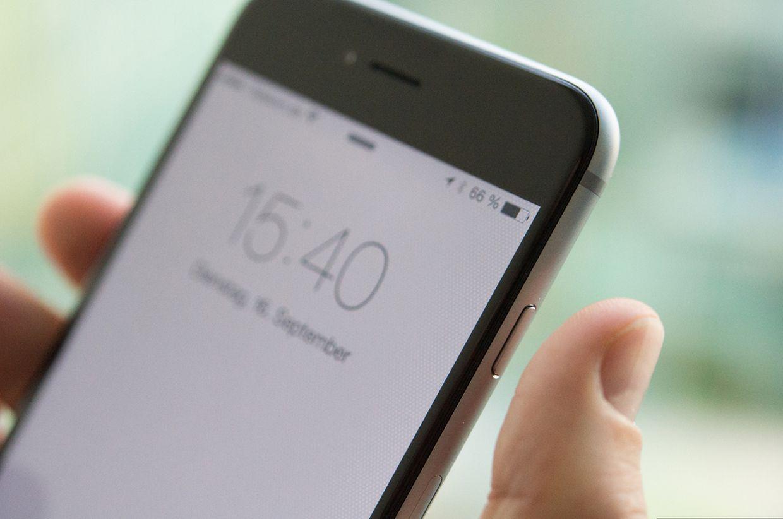 Damit sich das Gerät trotz der größeren Abmessungen noch mit einer Hand bedienen lässt, ist der Standby-Schalter an die rechte Gehäuseseite gewandert.