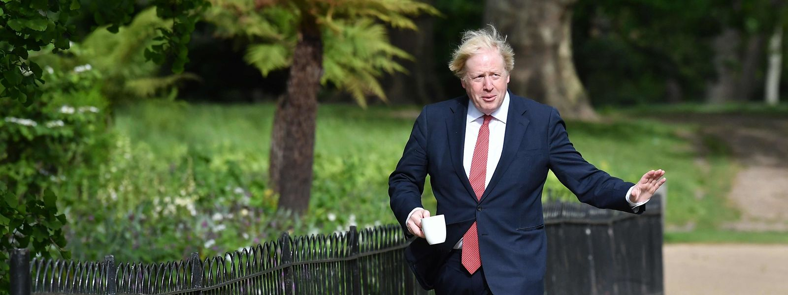 Alles im Griff? Premierminister Boris Johnson spaziert mit einer Tasse Kaffee durch den St James's Park in London.