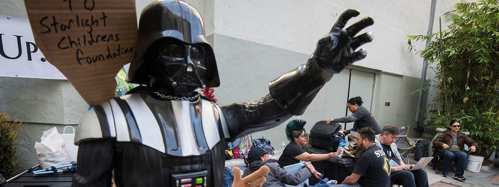 Même Darth Vader fait la queue en attendant la projection du neuvième épisode de la saga.