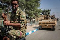 13.10.2019, Syrien, Suluk: Soldaten der syrischen Nationalarmee patrouillieren nach Zusammenstößen mit kurdischen Soldaten mit einem Panzer auf einer Straße. Foto: Anas Alkharboutli/dpa +++ dpa-Bildfunk +++
