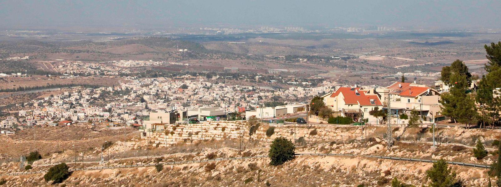 In der Nähe der jjüdischen Siedlung Negohot (rechts), in direkter Nachbarschaft des palästinensischen Ortschaft Beit Awwa (links) erschossen israelische Soldaten am Samstag einen Palästinenser, der Brandflaschen auf ein israelisches Auto geworfen haben soll.