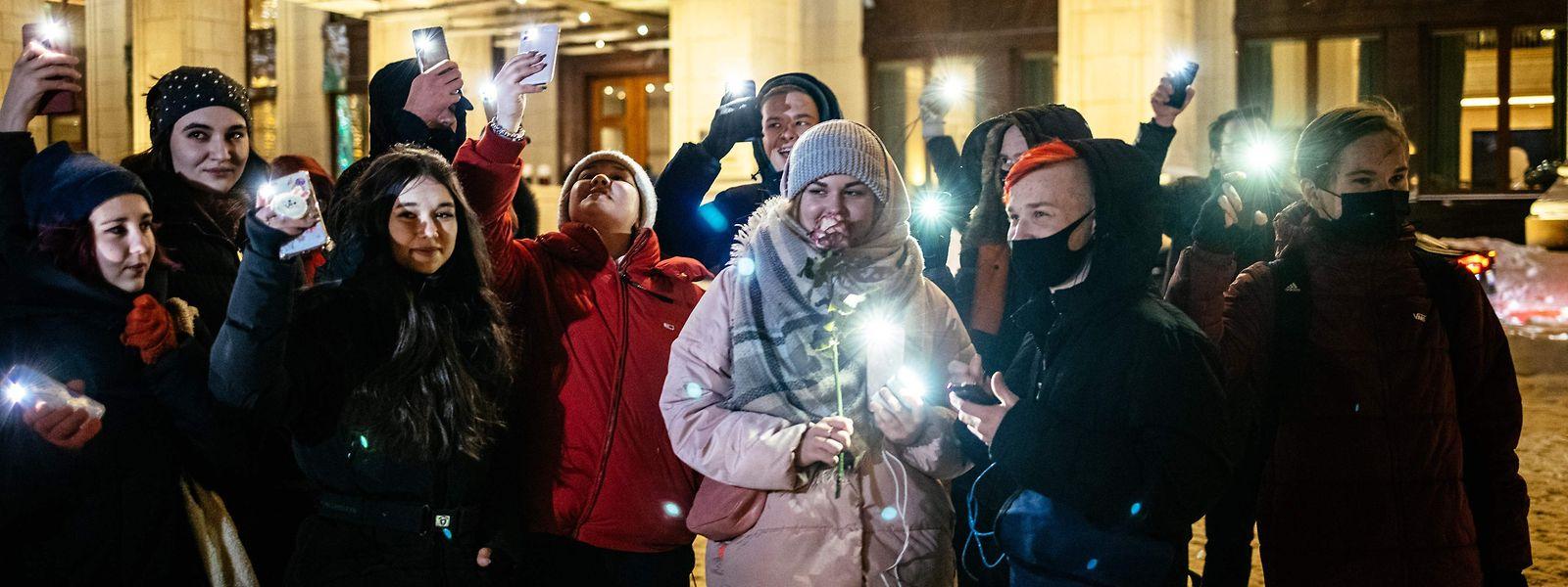 Junge Menschen in Moskau protestieren für die Freilassung von Kremlkritiker Alexej Nawalny.