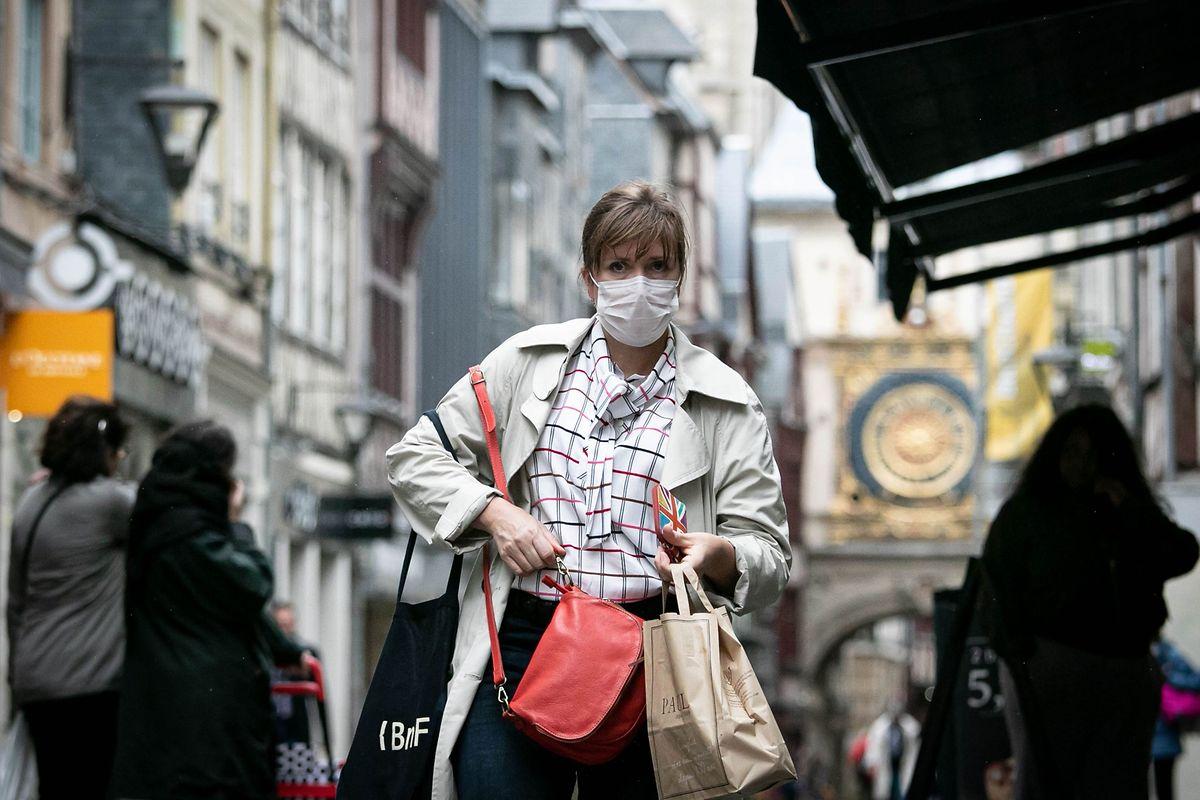 Signe que la confiance n'est pas encore revenue à Rouen, certains habitants n'hésitent pas à sortir équipés d'un masque anti-pollution.