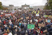20.09.2019, Berlin: Demonstranten nehmen am Klima Protesttag von Fridays For Future vor dem Brandenburger Tor teil. Die Demonstranten folgen dem Aufruf der Bewegung Fridays for Future und wollen für mehr Klimaschutz kämpfen. Sie wollen damit die Streik- und Protestaufrufe in der ganzen Welt unterstützen. Foto: Jörg Carstensen/dpa +++ dpa-Bildfunk +++