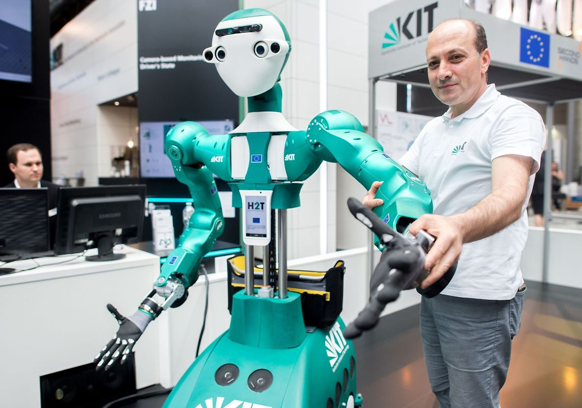 Tamim Asfour vom Institute of Anthropomatics and Robotics zeigt die Funktionsweise eines Roboters.