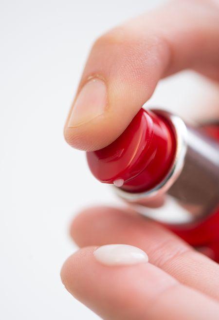 Die Hautpartie rund um die Augen hat oft einen Tropfen Extra-Pflege nötig.