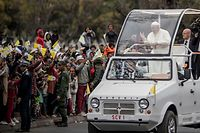 Pope Francis greets crowd as he arrives at the St. Michel complex in Antananarivo in Antananarivo, Madagascar, on September 8, 2019. - Pope Francis visit three-nation tour of Indian Ocean African countries hard hit by poverty, conflict and natural disaster. (Photo by MARCO LONGARI / AFP)