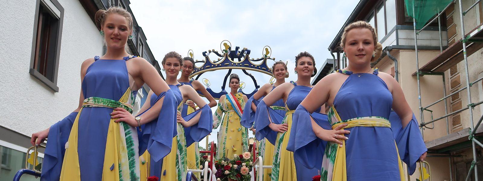 Der Festwagen mit Ginsterkönigin Adelisa Adrovic und ihren sechs Ehrendamen.