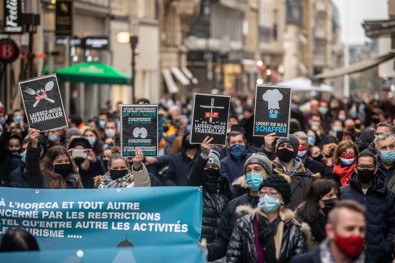 Hunderte Menschen haben sich am Samstagnachmittag während eines Protestzuges in der Hauptstadt dafür ausgesprochen, dass Cafés und Restaurants wieder öffnen dürfen.