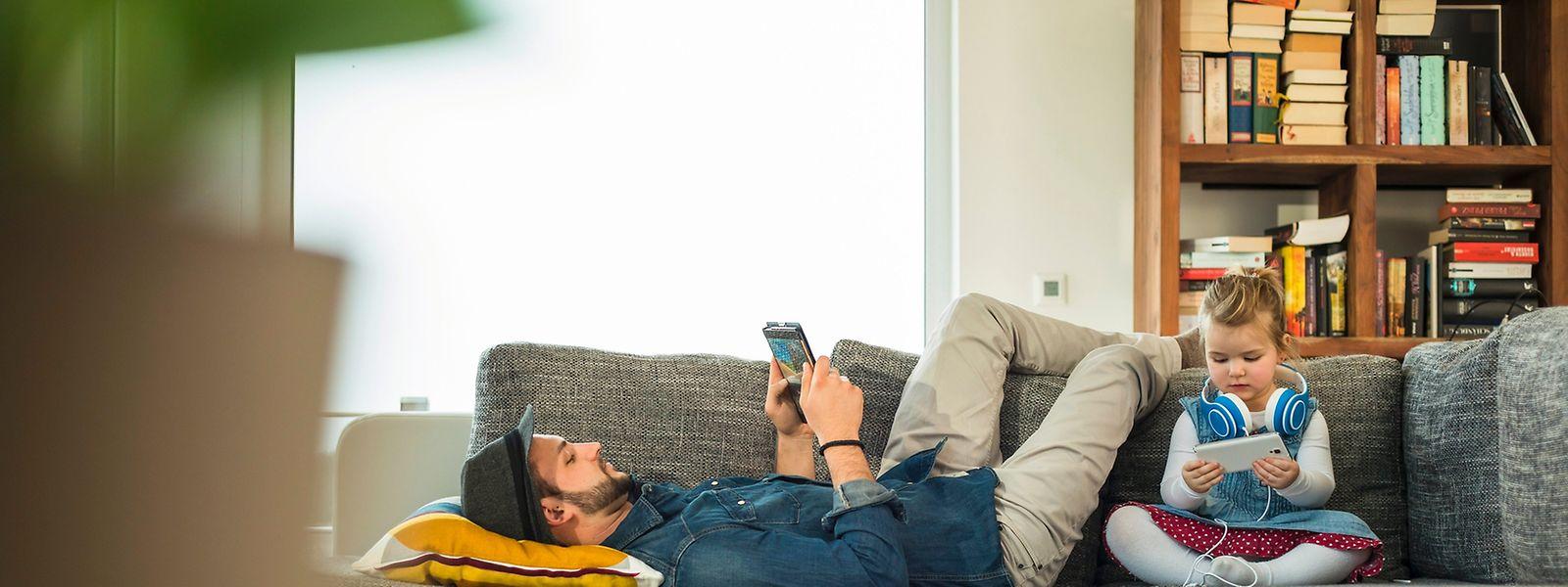 Filme und Musik kommen übers WLAN auf Tablet oder Smartphone. Den Medienserver in Gestalt eines Routers, NAS-Gerätes oder ausrangierten PCs kann man ins Arbeitszimmer oder den Flur verbannen.