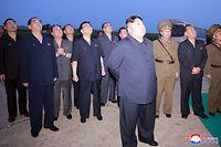 HANDOUT - 06.08.2019, Nordkorea, ---: Dieses von der staatlichen nordkoreanischen Nachrichtenagentur KCNA am 07.08.2019 zur Verfügung gestellte Foto zeigt Kim Jong Un (vorne M), Machthaber von Nordkorea, der einen Flugplatz im westlichen Teil von Nordkorea besucht, um einen Raketentest zu verfolgen. ACHTUNG: Das Foto wurde von der staatlichen nordkoreanischen Nachrichtenagentur KCNA zur Verfügung gestellt. Sein Inhalt kann nicht eindeutig verifiziert werden. Foto: -/KCNA/dpa - ACHTUNG: Nur zur redaktionellen Verwendung im Zusammenhang mit der aktuellen Berichterstattung und nur mit vollständiger Nennung des vorstehenden Credits +++ dpa-Bildfunk +++
