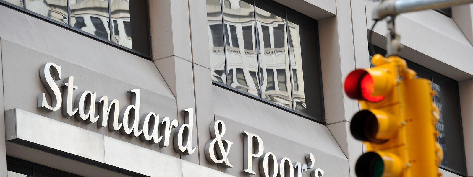 S&P ist die dominierende Ratingagentur neben den kleineren Unternehmen Moody's und Fitch Ratings.