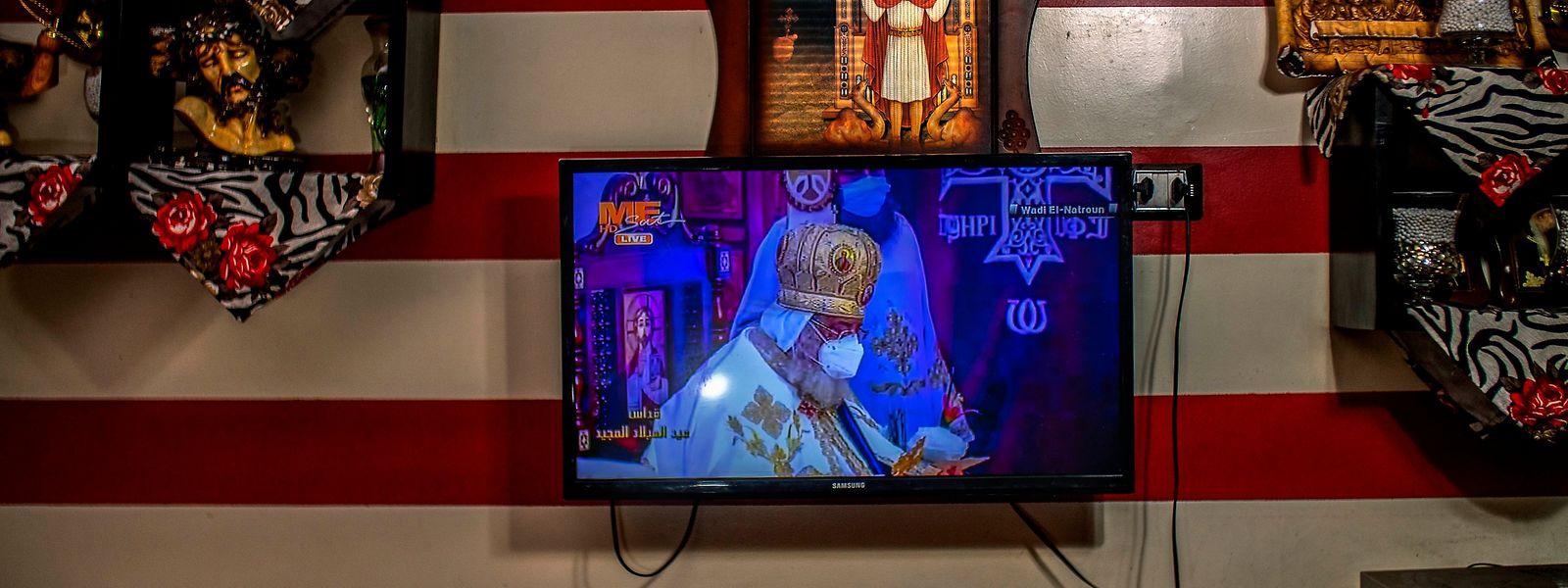 La messe à la télévision est célébrée par le pape Tawadros II masqué, dans le monastère de Saint-Bishoy.