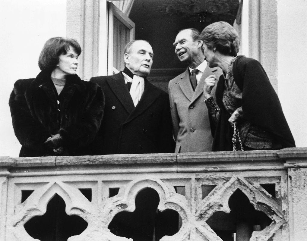 Les invités se présentent au balcon du palais.