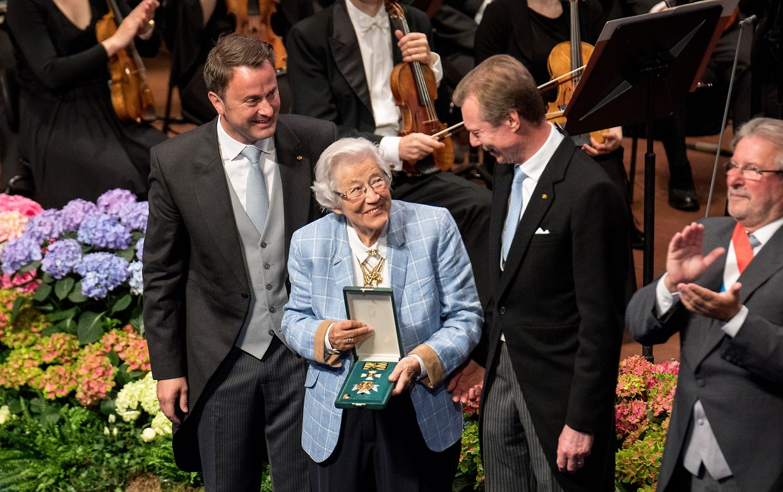 Großherzog Henri, Xavier Bettel und Mars di Bartolomeo mit der Preisträgerin Anise Kolz.
