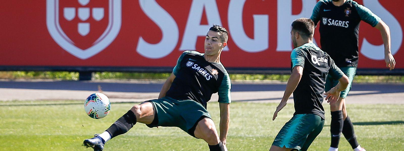 Cristiano Ronaldo, Joao Moutinho e Bernardo Silva numa fase do último treino de Portugal antes de defrontar o Luxemburgo em Alvalade.