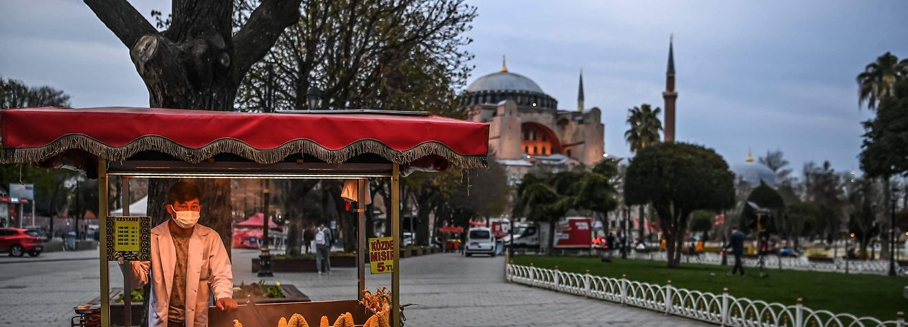 A street vendor sells rice at the Sultanahmet Square, with the Hagia Sophia Holy Grand Mosque in background, on the first day of the Muslim fasting month of Ramadan in Istanbul on April 13, 2021. (Photo by Ozan KOSE / AFP)