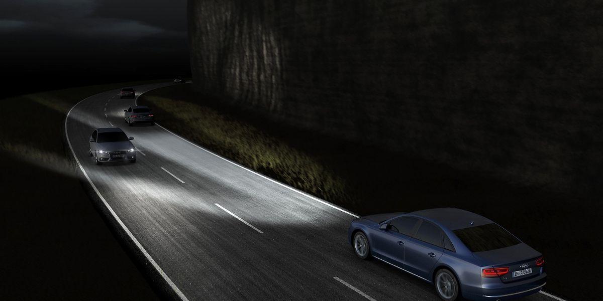Mit den Matrix-LED-Scheinwerfern werden entgegenkommende und vorausfahrende Fahrzeuge ausgespart und nicht geblendet,