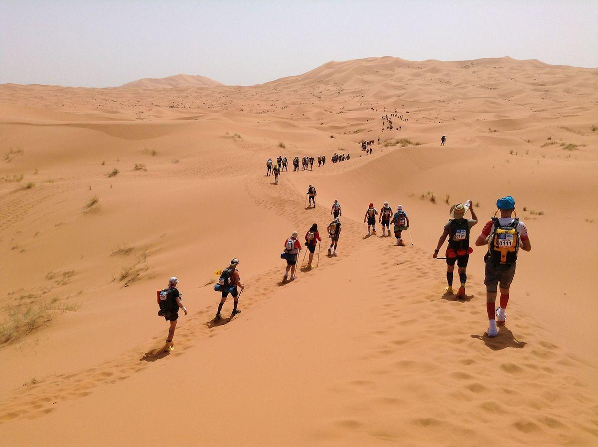 Certains concurrents marchent beaucoup pendant l'épreuve. Courir dans le sable par une telle chaleur est extrêmement difficile lorsque l'on ne s'est pas entraîné à supporter ces conditions.