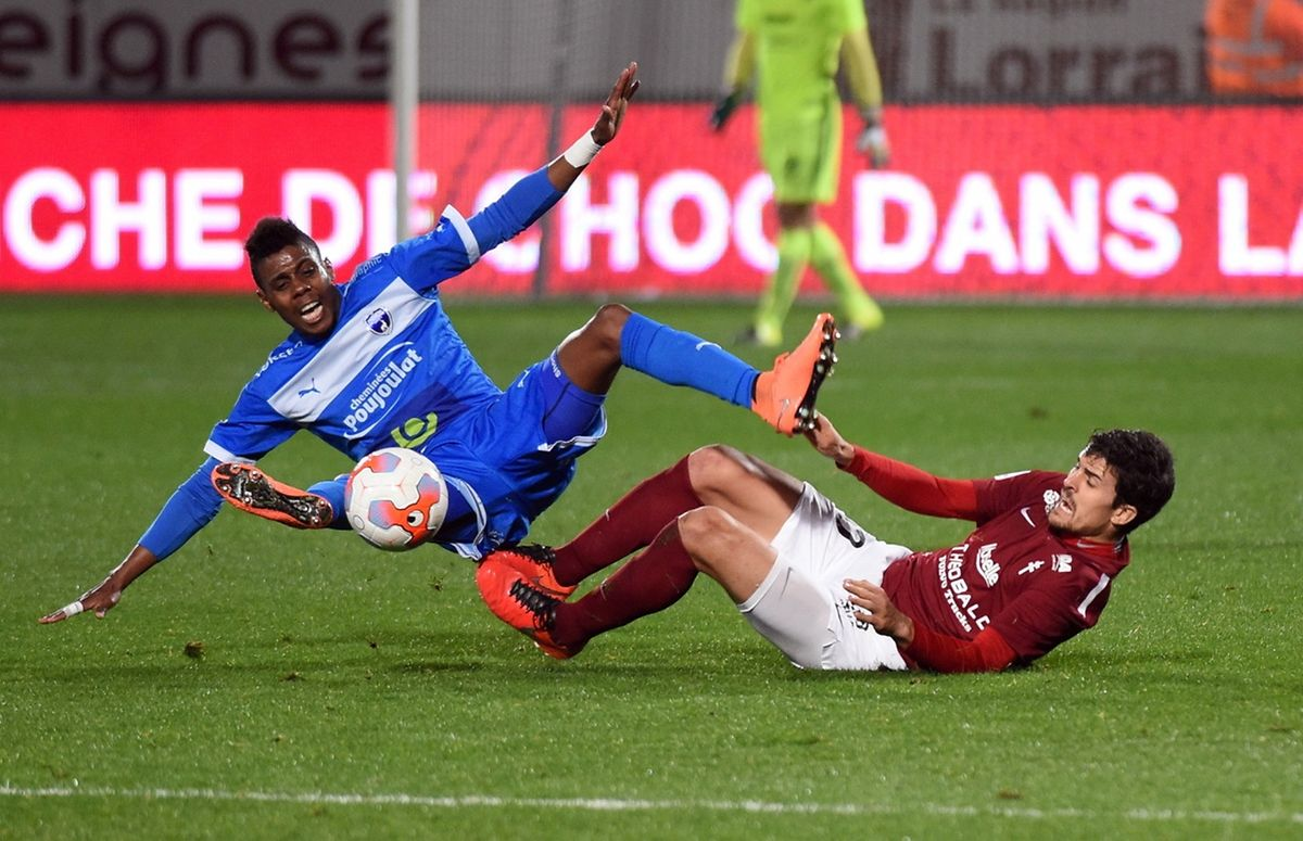 Faiz Selemani (Niort, en bleu) et Nuno Reis (FC Metz) sont au duel