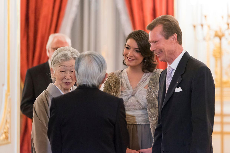 2017 beim Staatsbesuch in Japan: Kaiserin Michiko und Kaiser Akihito im Gespräch mit Prinzessin Alexandra und Großherzog Henri.