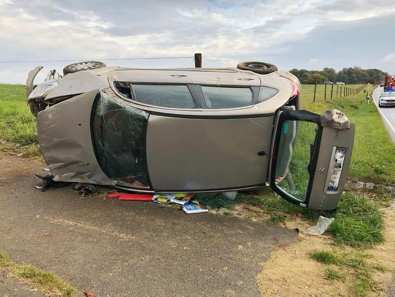 Der Wagen überschlug sich und blieb auf der Seite liegen.