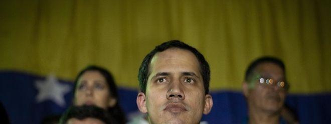 """A 23 de janeiro, Juan Guaidó, o presidente do parlamento, autoproclamou-se Presidente da Venezuela perante uma multidão de opositores de Nicolas Maduro, prometendo um """"governo de transição"""" e """"eleições livres""""."""