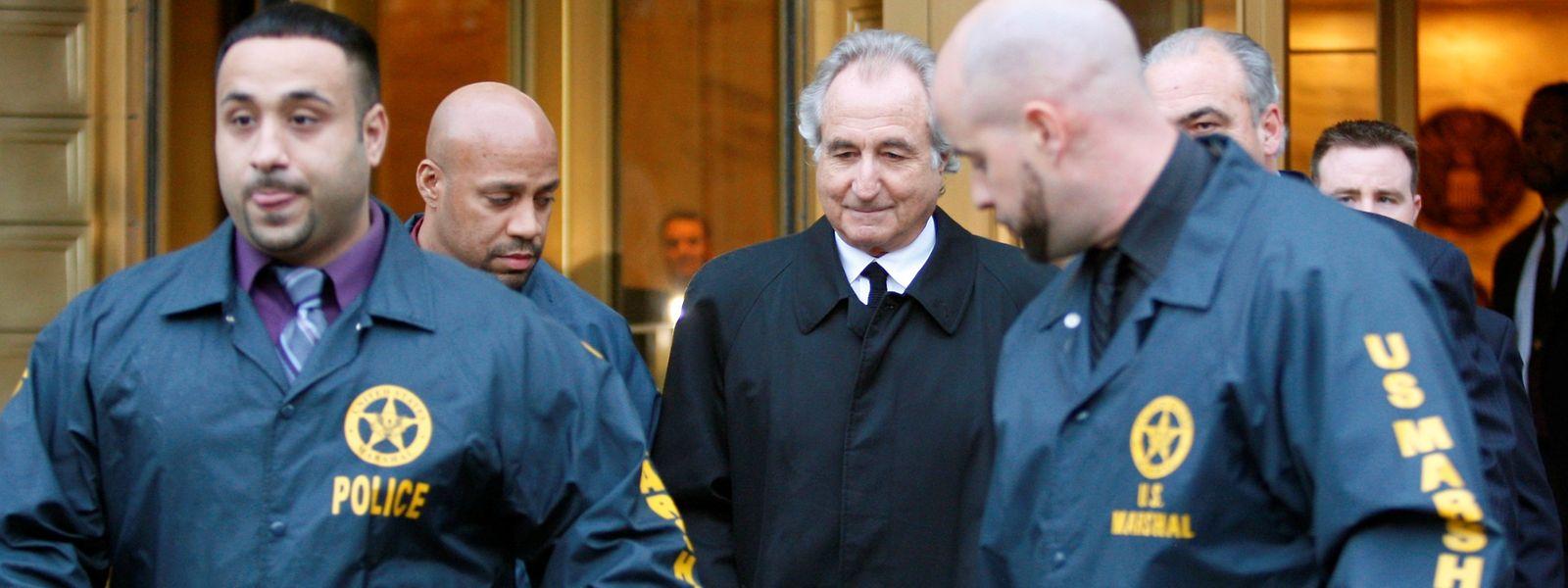Bernie Madoff auf dem Weg zu einer Anhörung in New York im Jahr 2009.