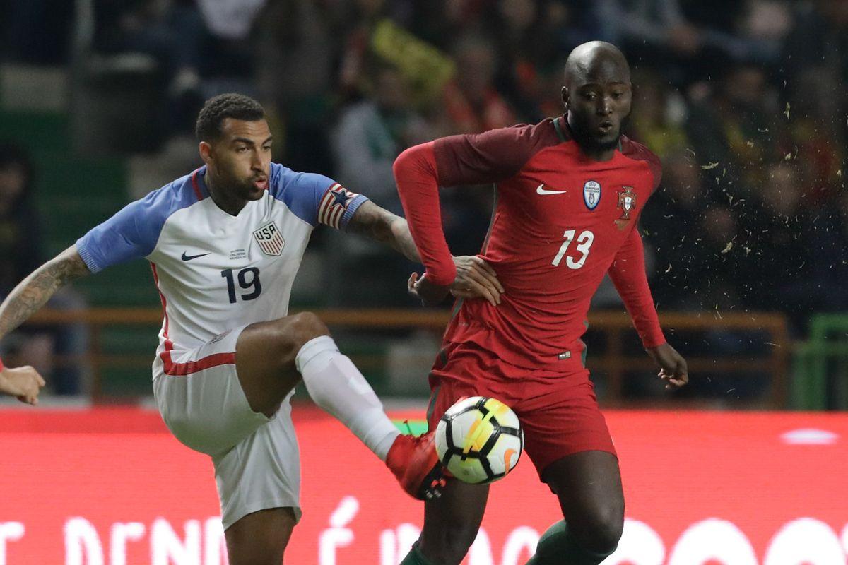 Danilo Pereira e Danny Williams disputam uma bola.