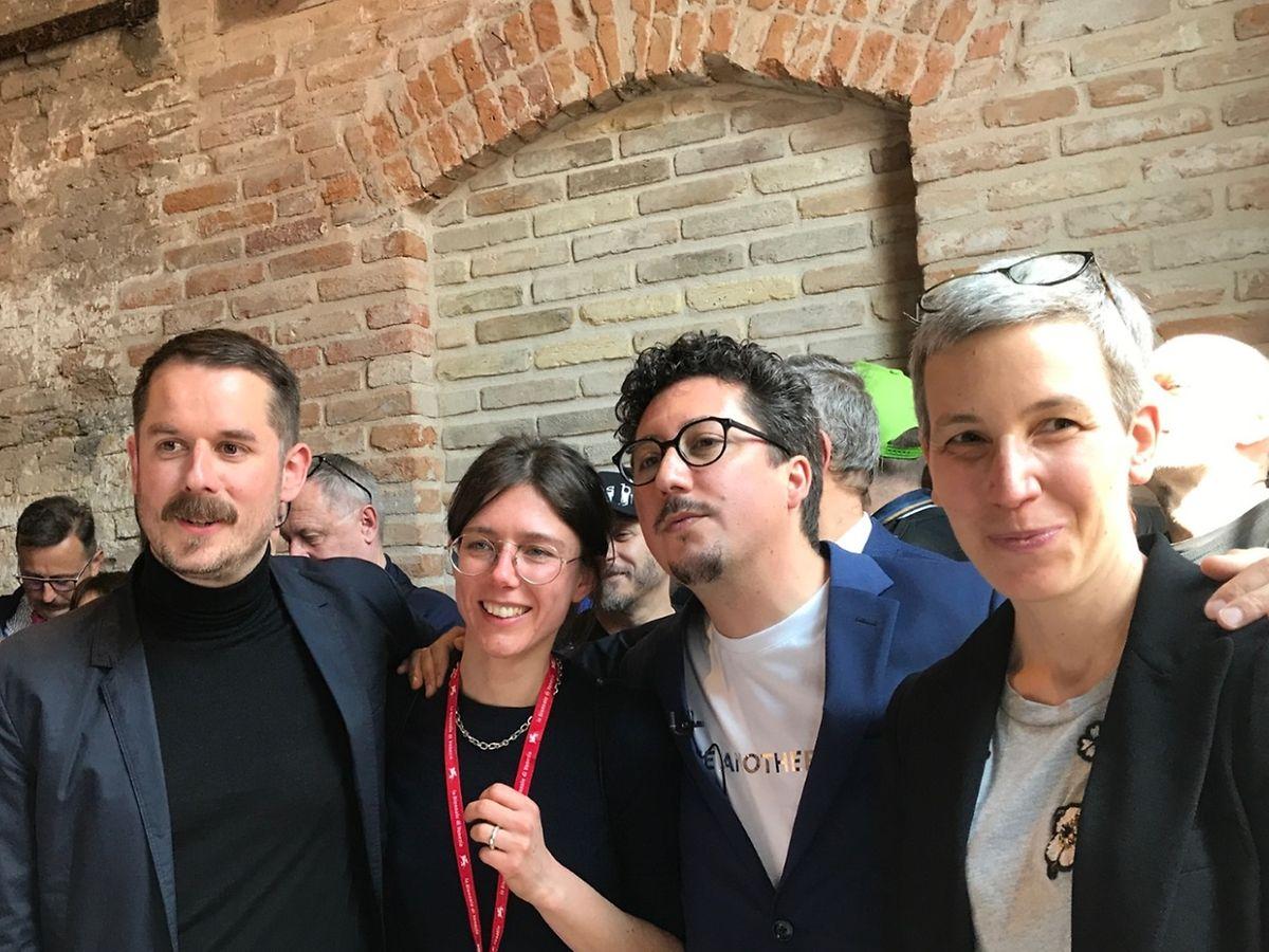 La ministre de la Culture Sam Tanson (d.) aux côtés des curateurs Kevin Muhlen et Stilbé Schroeder et de Marco Godinho (de g. à d.)
