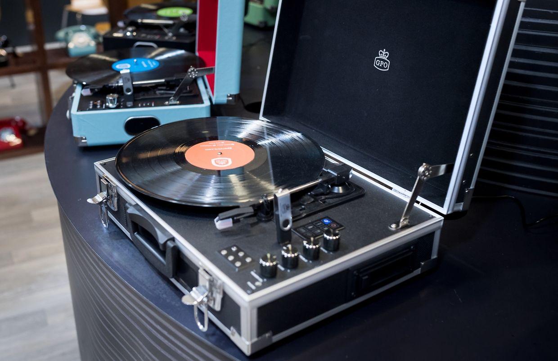 Musik to go: GPO Retro hat einen Plattenspieler in einen Alukoffer gepackt - zusammen mit Lautsprechern, Kassetten-Player und Akku, der vier Stunden durchalten soll.
